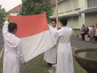 Para frater Skolastikat MSF sedang mengibarkan bendera.[Dok. Skolastikat MSF]