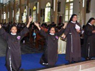 Suster Maria Magdalena OSCCap dan Suster Maria Faustina OSCCap mengucap kaul kekal di Gereja Paroki St Fransiskus Asisi Singkawang. [Widi]