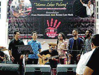 "Ivan Nestorman (duduk) bersama rekan-rekannya menyanyikan lagu ""Mama Lekas Pulang"". [HIDUP/Stefanus P. Elu]"