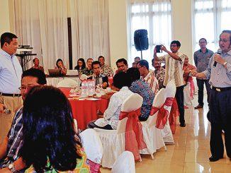Ignasius Jonan (kiri) mendengarkan sharing Wakil Bupati Banyumas, Laurentius Budhi Setiawan. [HIDUP/Sutriyono]