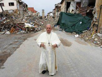 Paus mengunjungi wilayah di Italia Tengah yang terdampak gempa bumi.  Sumber foto: Radio Vatikan.