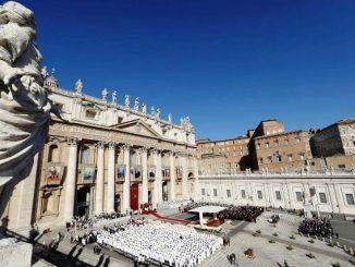 Suasana Misa Kanonisasi tujuh orang kudus di Vatikan, Minggu, 16/10. [www.katholieknieuwsblad.nl]