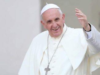 Paus Fransiskus sedang menyapa umatnya. [on.ge]