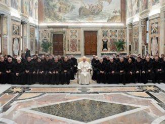 Paus Fransiskus berfoto bersama para peserta Kapitel Jenderal OAR. [Radio Vatikan]