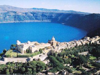Pemandangan indah Castel Gandolfo yang menghadap Danau Albano. [plus.google.com]