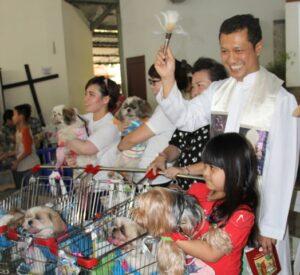Romo Alexius Andang Listya Binawan SJ memberkati anjing (Dok. HIDUP)