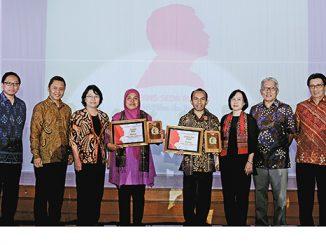 Penerima Frans Seda Award bersama Pengurus Inti Yayasan Unika Atma Jaya Jakarta dan Panitia Frans Seda Award 2016.[Dok. Unika Atma Jaya Jakarta]