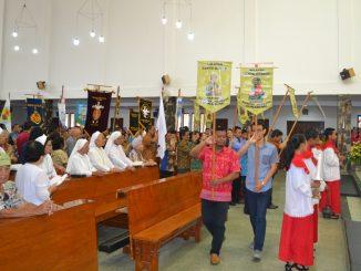 Perarakan menuju altar, dari perwakilan berbagai kelompok umat di Paroki Sukabumi  HIDUP/Anton Sumarjana