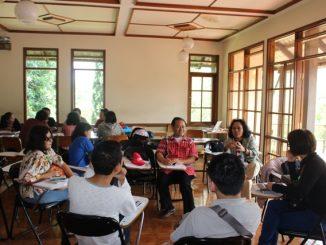 Eka Budianta (baju merah) memandu salah satu kelompok dalam sharing kelompok writing camp. (HIDUP/Steve Elu)
