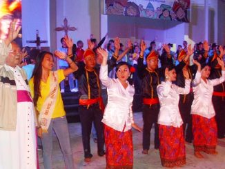 Uskup Manado Mgr Josef Suwatan MSC bersama penari Maengket dari Keuskupan Manado melambaikan tangan saat acara malam kebersamaan berakhir.  Dok. Lexie Kalesaran