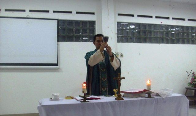 Pastor Andreas Rumayar saat memimpin Misa. (HIDUP/Lexie Kalesaran).