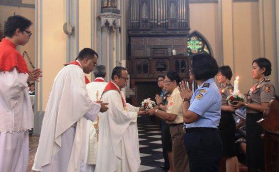 Mgr Suharyo sedang menerima persembahan dalam Misa HUT Proklamasi Indonesia di lingkungan Keuskupan TNI/Polri.[HIDUP/Edward Wirawan]
