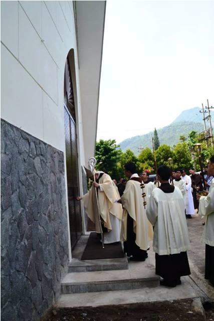 Mgr Pidyarto Gunawan OCarm sedang membuka pintu Kapel seusai Pemberkatan Pintu Kapel. (Br Antonius Mungsi OCarm).