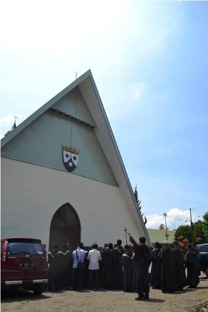 Para Karmelit di depan kapel biara. (Br Antonius Mungsi OCarm).