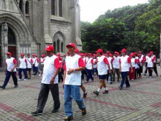 Para peserta Peringatan HUT RI ke-71 karyawan Kompleks Katedral memulai kegiatan jalan sehat.[Yanuari Marwanto]