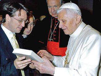 Paus Emeritus Benediktus XVI bersama Ratzinger Schuelerkreis.[theratzingerforum.yuku.com]