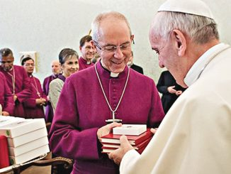 Paus Fransiskus menyambut Mgr Justin Welby.[L'Osservatore Romano]
