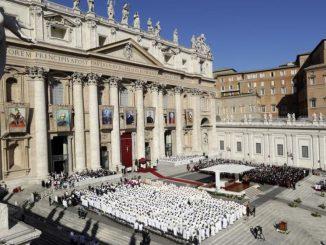 Misa kanonisasi tujuh orang kudus di Basilika St Petrus, Minggu, 16/10. (Associated Press)