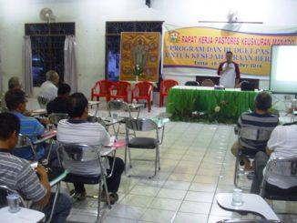 Pastor Andreas Rumayar Ketua Komkep Keuskupan Manado saat mempresentasikan program komisi yang dipimpinnya. (HIDUP/Lexie Kalesaran)