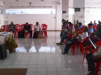 Ketua Umum Panpel Pastor John Montolalu  saat memimpin Rapat Evaluasi yang turut dihadiri Ketua Komkep KWI Mgr Pius Riana Prabdi dan tim Komkep KWI serta Uskup Manado Mgr Josef Suwatan. (HIDUP/Lexie Kalesaran)