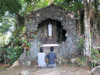 Keheningan: Dua umat Katolik berdoa di depan Gua Maria Bukit Sion. (Dok.Paroki Tanjung)
