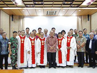 Mgr Suharyo bersama jajaran TNI dan Polri, serta pejabat Eselon I dan II.[HIDUP/Edward Wirawan]