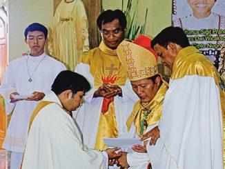 Mgr Yohanes Harun Yuwono menahbiskan seorang diakon tertahbis.[Kristiana Rinawati]