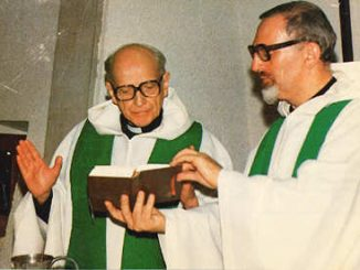Pater Jenderal Pedro Arrupe SJ merayakan Ekaristi, didampingi Pater Peter Hans Kolvenbach SJ, tahun 1970-an. [www.jesuites.com]