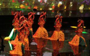 "Beberapa siswi Sekolah Santa Angela, Bandung membawakan tarian bernuansa sunda dalam pementarsan ""Sapta Kirana Bagi Nusantara"" (HIDUP/Antonius E Sugiyanto)"