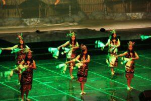Siswa-siswi Sekolah Santa Angela Bandung menari bernuansa Dayak (HIDUP/Antonius E Sugiyanto)