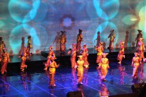 Siswa-siswi Sekolah Santa Angela Bandung menari Tari Piring (HIDUP/Antonius E Sugiyanto)