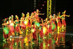 Siswa-siswi Sekolah Santa Angela Bandung menarikan tarian bernuansa Bali (HIDUP/Antonius E Sugiyanto).