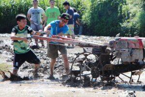 Anak SMA Sang Timur sedang membajak di sawah saat Live in di pedesaan di lereng gunuing Merapi, Yogyakarta