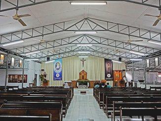 Bagian dalam Gereja 'Bedeng' Santo Leo Agung, Jatiwaringin, Keuskupan Agung Jakarta.[HIDUP/ Christphorus Marimin]
