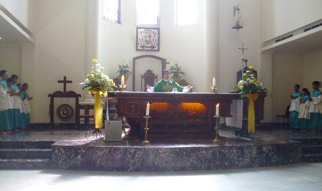 Romo Thomas Aquinas Maswan Susinto SJ saat memimpin perayaan ekaristi. (Dok. Lexie Kalesaran)