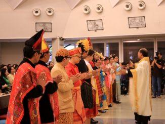 Romo Yudhi memberkati pembawa persembahan dalam Misa Syukur Kerahiman Allah. [HIDUP/Maria Pertiwi]
