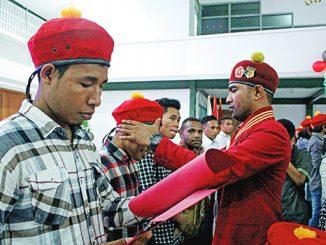 Y.P. Ariato Namang menyematkan topi keanggotaan PMKRI kepada salah satu anggota baru.[HIDUP/Stefanus P. Elu]