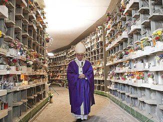 Paus Fransiskus di kompleks pemakaman Prima Porta.[L'Osservatore Romano]