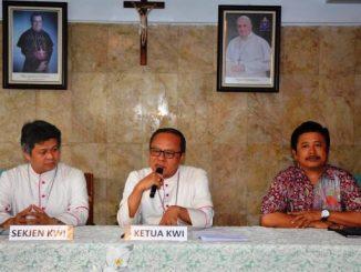 Mgr Ignasius Suharyo (Ketua KWI), Mgr Antonius Bunjamin Subianto OSC (Sekjen KWI) dan Romo Suprapto, Pr (Sekretaris Komisi Kerawam) dalam Konferensi Pers Sidang KWI 2016. (Foto: Yohanes Indra/Dokpen KWI)