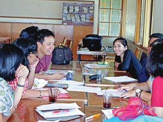 Peserta writing camp penulis Katolik berdiskusi dalam kelompok.[HIDUP/Stefanus P. Elu]