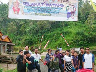 OMK Bogor sedang berfoto bersama di dekat spanduk ucapan selamat datang peserta IYD 2016 di desa Raanan Lama. (Dok. Aloisius Johnsis)