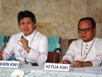 Sekjen KWI Mgr Antonius Bunjamin Subianto OSC (bicara) bersama Ketua KWI Mgr Ignasius Suharyo dalam Konferensi Pers Sidang KWI 2016. (Yohanes Indra/Dokpen KWI)