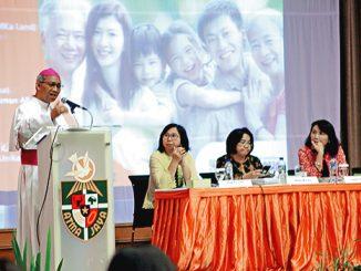 "Mgr Paskalis memaparkan pandangannya dalam Seminar ""Keluarga: Sekolah Kasih dan Kerahiman"".[HIDUP/A.Aditya Mahendra]"