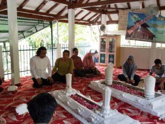 Romobongan sedang berziarah di makan KH Sholeh Darat di kompleks TPU Bergota, Semarang. (Dok. Romo Aloysius Budi Purnomo)