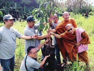 Kelompok Gusdurian menanam pohon di Biara Karmel Malang.[Agustinus Aris Kurniawan]