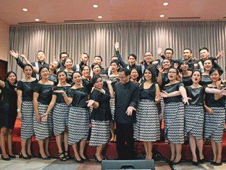 Anggota Laudamus Te Choir berpose bersama usai konser.[HIDUP/Stefanus P. Elu]
