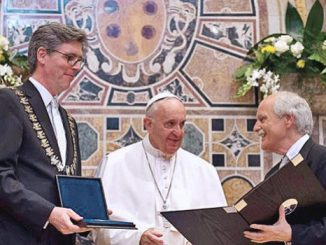 Paus Fransiskus menerima penghargaan Charlemagne dari Walikota Aachen, Marcel Philipp dan KetuaKomite Charlemagne, Juergen Linden.[catholicnewsagency.com]