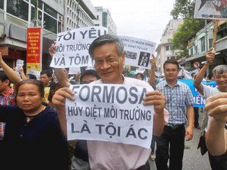 Umat Katolik Keuskupan Dinh, Vietnam memprotes kehadiran Pabrik Formosa.[reuters.com]