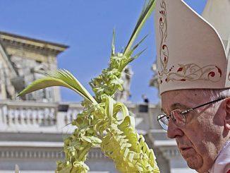 Paus Fransiskus dalam Prosesi Minggu Palma di lapangan St Petrus, 20/3.[catholicnewsagency.com]