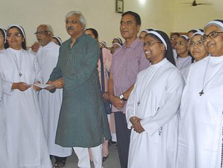 Para Suster Bunda Karmel di Dehradun, Uttarakhand menyatakan janji mereka untuk donor organ kepada Menteri Kehutanan dan Olahraga India, Dinesh Aggarwal 11/5.[ucanews.com/Dok. Carmel Sisters]